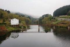 Ponte sobre o rio de Minho em Portomarin, Espanha foto de stock royalty free