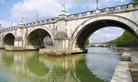 Ponte sobre o rio de Tibre imagem de stock royalty free