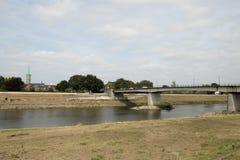 A ponte sobre o rio Meuse é a beira entre Países Baixos um Bélgica fotografia de stock royalty free