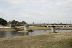 A ponte sobre o rio Meuse é a beira entre Países Baixos um Bélgica foto de stock royalty free