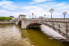 Ponte sobre o rio Meuse em Huy, Bélgica imagem de stock