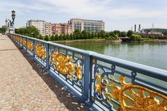 Ponte sobre o rio Meuse em Liege foto de stock royalty free