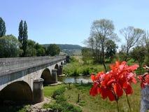 Ponte sobre o rio Meuse no la Pucelle de Domrémy em França imagens de stock royalty free