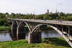 Ponte sobre o rio na cidade da região de Staritsa Tver, Rússia Foto de Stock