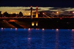Ponte sobre o rio na noite imagens de stock