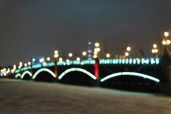 A ponte sobre o rio na noite Fotos de Stock Royalty Free