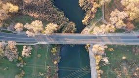 Ponte sobre o rio Silhueta do homem de negócio Cowering video estoque