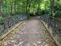 Ponte sobre o trajeto frondoso em Tiergarten, Berlim, Alemanha imagens de stock royalty free