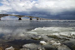 Ponte sobre o Volga foto de stock