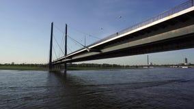 Ponte sobre Rhine River, Dusseldorf, Alemanha vídeos de arquivo