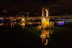 Ponte sobre Rhone River em Lyon, França na noite Fotografia de Stock Royalty Free