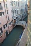 Ponte sobre Rio De La Procuratie In Venice imagem de stock