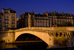 Ponte sobre Seine no por do sol Imagem de Stock