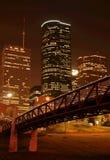 Ponte sobre a skyline da noite fotografia de stock royalty free