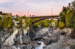 Ponte sobre um desfiladeiro profundo no por do sol Fotografia de Stock