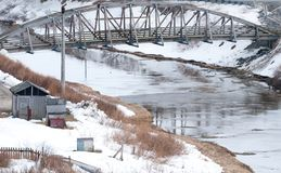 Ponte sobre um rio no porto holandês imagem de stock