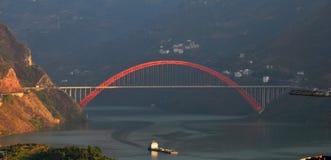 Ponte sobre Yangtze Three Gorges pequeno no por do sol Fotos de Stock
