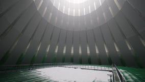 Ponte sopra gli stagni verdi in grande torre di raffreddamento stock footage