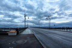 Ponte sopra il fiume all'alba fotografia stock libera da diritti