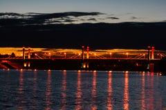 Ponte sopra il fiume alla notte immagine stock libera da diritti