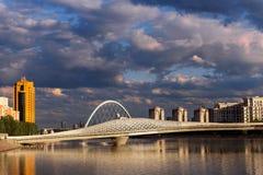 Ponte sopra il fiume a Astana immagini stock libere da diritti