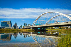 Ponte sopra il fiume, Astana, il Kazakistan Immagini Stock
