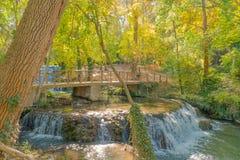Ponte sopra il fiume in autunno Immagine Stock