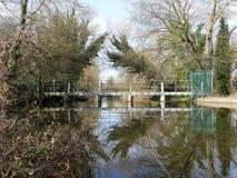 Ponte sopra il fiume Colne a Rickmansworth Aquadrome fotografia stock