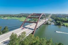 Ponte 360 sopra il fiume Colorado con il jet ski ed il paesaggio dell'alpeggio in Austin fotografia stock libera da diritti