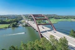 Ponte 360 sopra il fiume Colorado con il jet ski ed il paesaggio dell'alpeggio in Austin fotografie stock libere da diritti