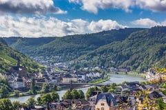 Ponte sopra il fiume con le colline fondo e cielo blu Fotografia Stock