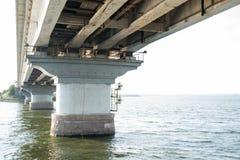 Ponte sopra il fiume del sud dell'insetto Ponte del fiume dell'Ucraina Nikolaev Mykolaiv ponte di emergenza immagini stock libere da diritti