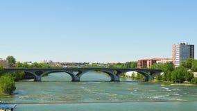 Ponte sopra il fiume della Garonna a Tolosa, Francia stock footage