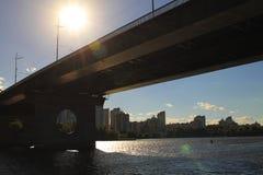 Ponte sopra il fiume di Dnipro, Kyiv, Ucraina Fotografie Stock Libere da Diritti