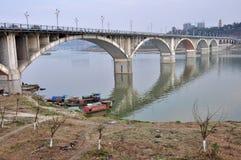Ponte sopra il fiume di Jialing immagini stock libere da diritti