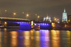 Ponte sopra il fiume di Mosca alla notte Fotografia Stock Libera da Diritti