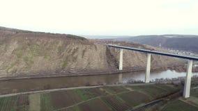 Ponte sopra il fiume di Mosella e la valle, Germania - seguire colpo video d archivio