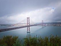 Ponte sopra il fiume di Tejo lisbona Fotografia Stock Libera da Diritti