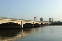 Ponte sopra il fiume di Umgeni con le costruzioni di appartamento nel fondo Fotografie Stock