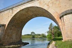 Ponte sopra il fiume Le Lot in Francia Immagini Stock Libere da Diritti