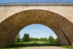 Ponte sopra il fiume Le Lot in Francia immagine stock