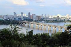 Ponte sopra il fiume nella città fotografia stock