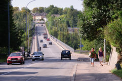 Ponte sopra il fiume nella città di Staritsa, regione di Tver', Russia Fotografie Stock