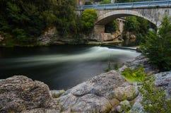 Ponte sopra il fiume serico fotografia stock