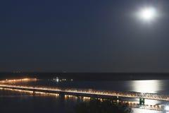 Ponte sopra il fiume Volga alla notte Fotografia Stock