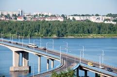 Ponte sopra il fiume Volga in Kostroma, Russia fotografia stock