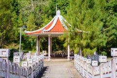Ponte sopra il lago nell'area tropicale al pomeriggio con il padiglione nello stile asiatico in Tailandia Immagini Stock Libere da Diritti