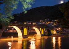 Ponte sopra il osum del fiume al berat Albania Europa di notte Fotografia Stock