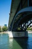 Ponte sopra il Reno nella costruzione del metallo di Basilea fotografia stock