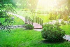 Ponte sopra il ruscello nel parco Concetto di progetto del paesaggio Cr Fotografia Stock Libera da Diritti